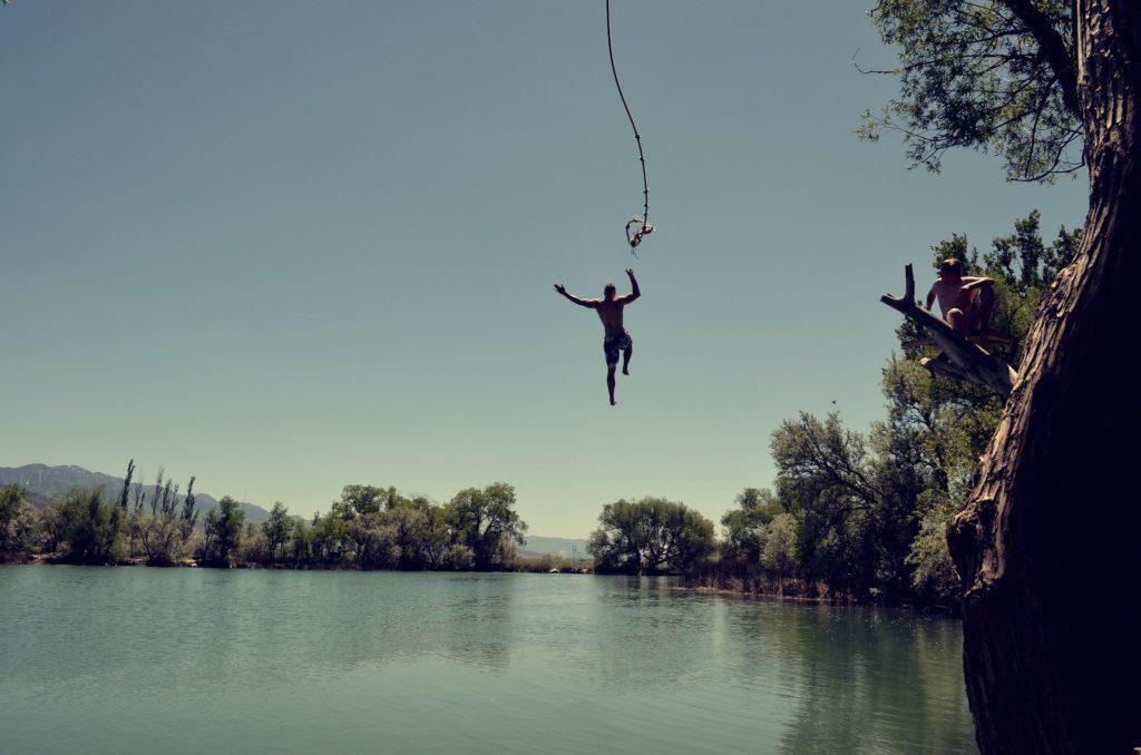 So kann es aussehen, wenn man an einem Seil ins Wasser schwingen kann.