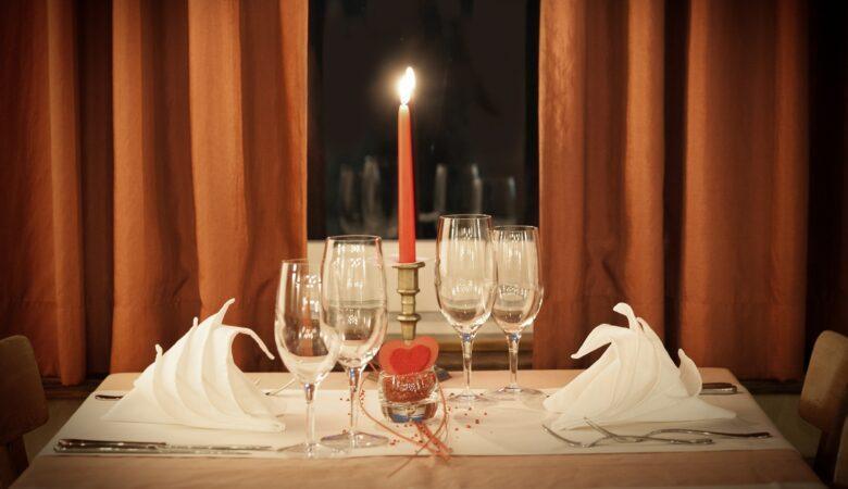 Der Tisch muss nicht schön gedeckt sein, wenn man beim Dinner in the Dark ist!