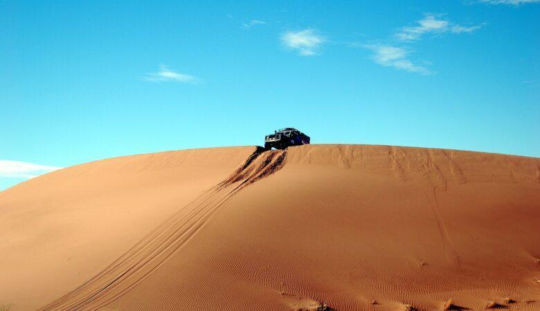 Ohne professionelle Hilfe kann man sich schnell festfahren, wenn man durch die Dünen fahren will.