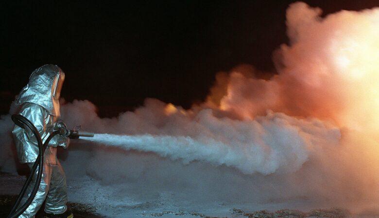 Ein großes Feuer zu löschen ist für Laien ohne Ausrüstung eigentlich unmöglich.