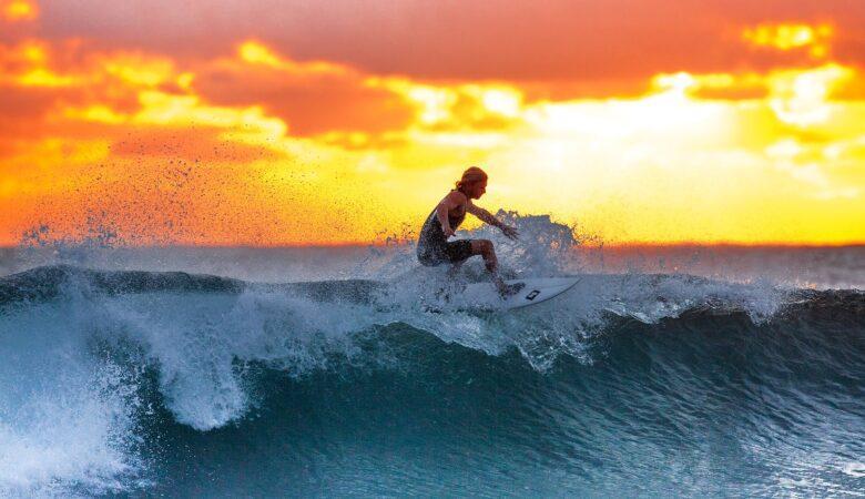 Anstrengender als man denkt. Surfen ist ein echtes Workout! Eine große Welle reiten daher ein echter Traum.