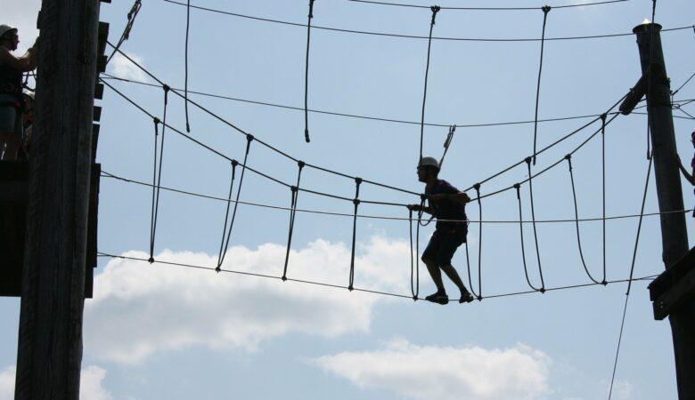 Nicht das Gleichgewicht verlieren! In schwindelnder Höhe muss man klettern um einen Hochseilgarten schaffen zu können.