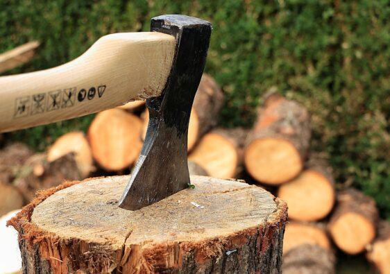 Der Anblick von gestapelten Holz nach dem Feuerholz hacken wirkt aus unbekannten Gründen beruhigend.