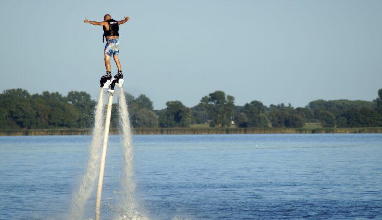 Coole Posen und wilde Stunts sind mit beim Flyboarding möglich.