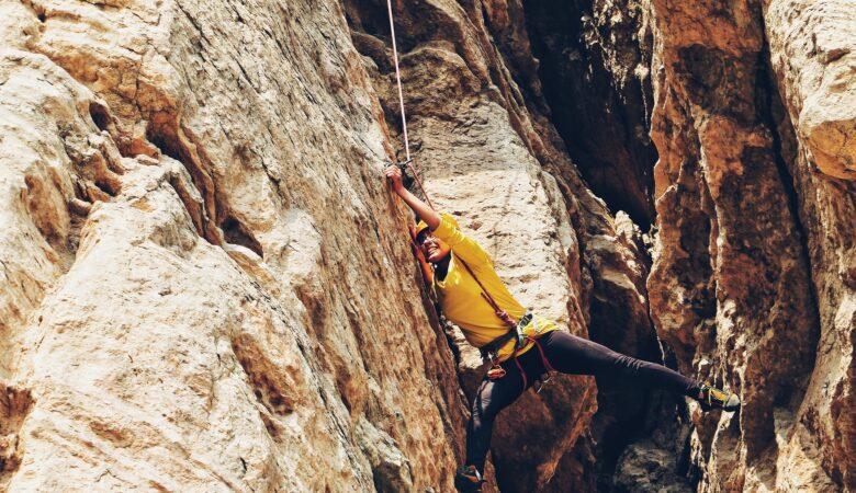 Angst vor Höhe und Enge sollte man nicht haben beim in eine Höhle abseilen.