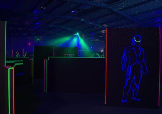 Lasertag wird in dunklen, neon-beleuchteten Räumen gespielt und macht viel Spaß.