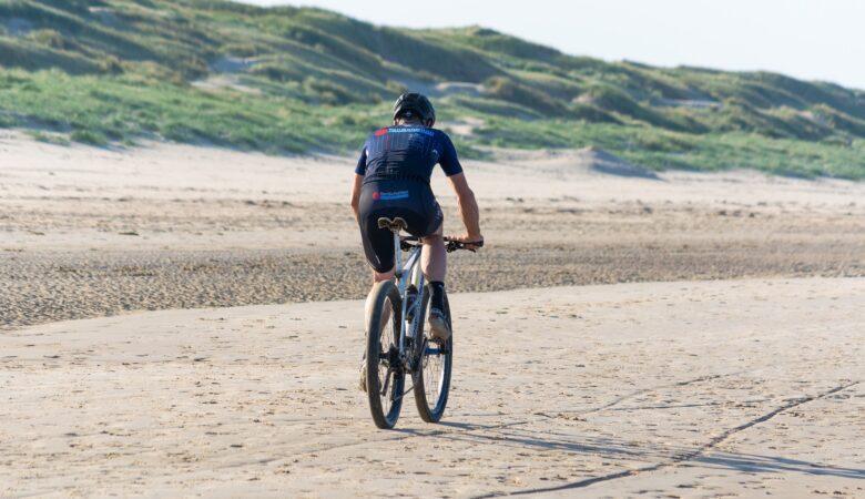 Am Strand weht einem die kalte Brise ins Gesicht, Salzwasser spritzt und man weiß, man macht eine Mountain Bike Tour am Strand.